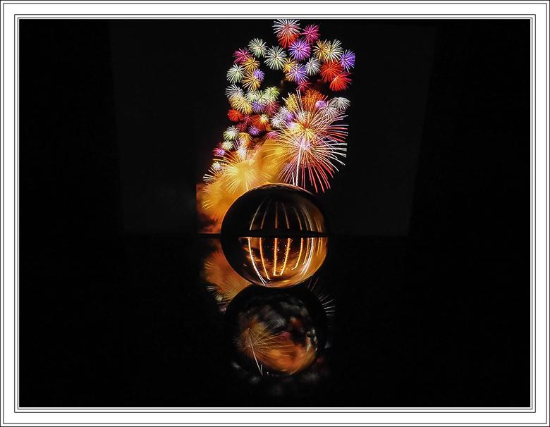GLAZEN BOL 21 - Glazen bol op de acrylplaat in een donkere kamer.