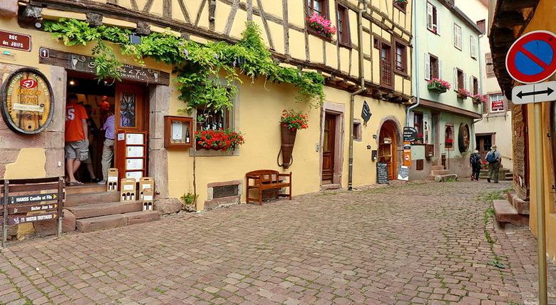 Riquewihr Elzas Frankrijk. - Straatje in Riquewirh Elzas Frankrijk.<br /> <br /> 17 juni 2O17.<br /> Groetjes Bob.