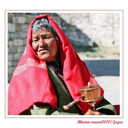 vrouw met gebedsmolen in Bhutan