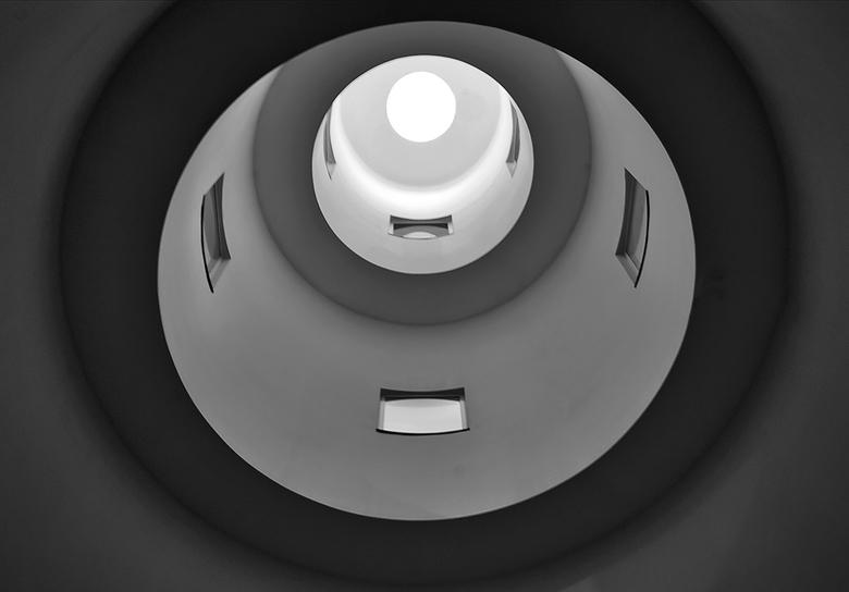 lichtkoker - Kijk van beneden naar boven,een donkere uitvoering.