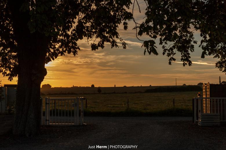 Zonsondergangsuitzicht. - Vanaf de parkeerplaats van de camping een heel mooi uitzicht op het landschap met de ondergaande zon.