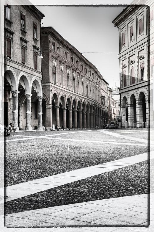 Plein in Bologna - Het mooie lijnenspel in het straatwerk en het licht op de gebouwen spraken me aan. tonemapped en o.a. naar zww omgezet