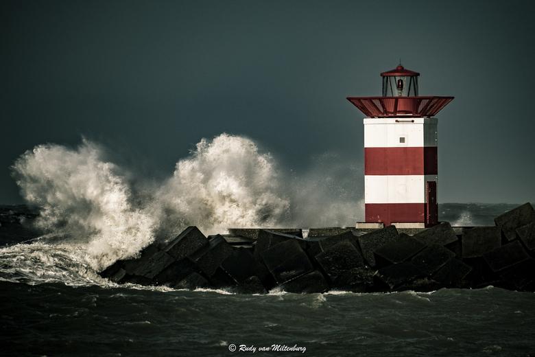 Ciara - Een stormachtige maandagmiddag op de Zuidpier van Scheveningen.