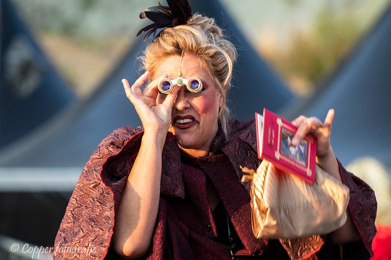 Steengroeve Theater Winterswijk 'Die Zauberflöte' - Het publiek van dichtbij bekijken doe je met een toneelkijker. Eén van de vrijwilligsters die meew