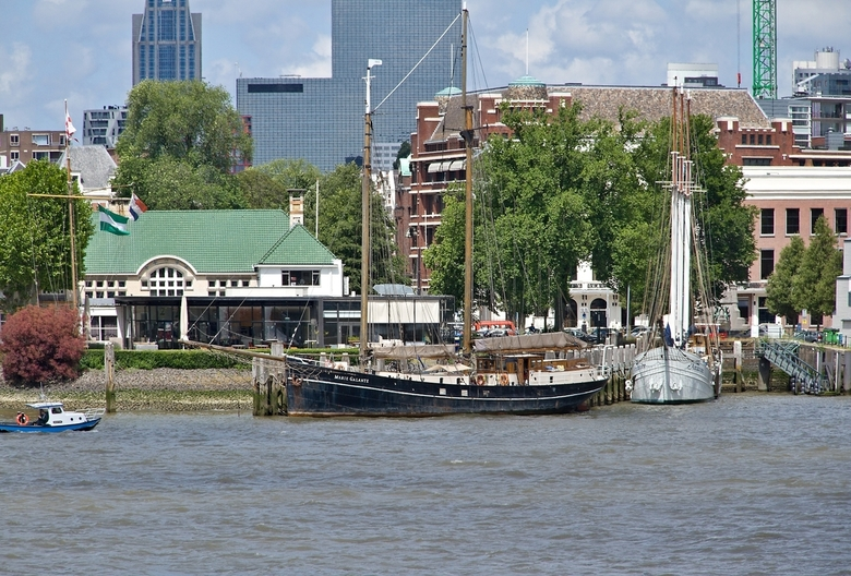 """Zeilschepen in de Veerhaven. - Deze mooie oude zeilschapen liggen in de Veerhaven van Rotterdam (zie <a href=""""http://www.veerhavenrotterdam.nl/"""">http:"""