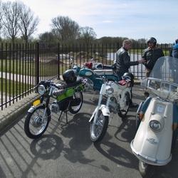 Een aantal bromfietsen en een scooterbrommer.