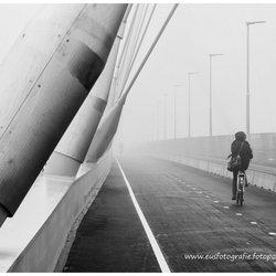 Stadsbrug Nijmegen 'De Oversteek' in de mist