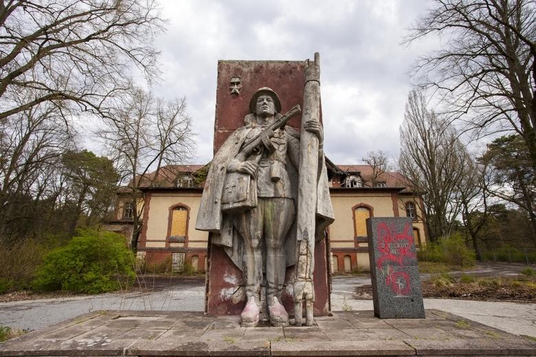 Beelitz 47 - Dit beeld stond voor een van de gebouwen; typische DDR stijl. Het gebouw op de achtergrond was van binnen redelijk opgeknapt, want is jar