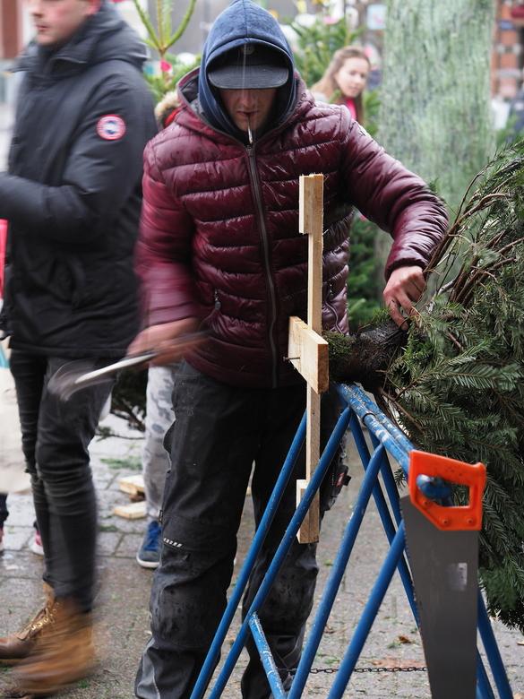 Het Kruis - Het  was even bar  slecht weer ...maar  iedereen wou toch een boom mee...<br /> Pakte  even een leuke beweging  mee .<br /> En ging de k