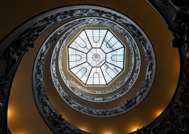 De trap in het Vaticaan - De wenteltrap in het Vaticaans museum. Deze trap is ontworpen door Giuseppe Momo. Deze foto is beneden gemaakt, met de camer