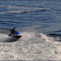 man in hekgolf op waterscooter  1