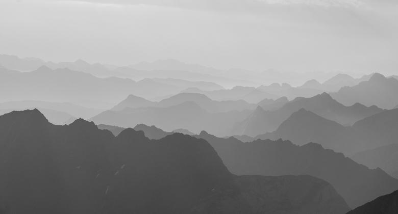 Aragón Huesca - Een experiment met zwart-wit. De foto is gemaakt vanaf de gletsjer van de pico Aneto(3405m) de hoogste berg van de Pyreneeën.