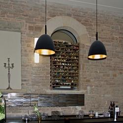 Bar met flessen wijn in de muur.