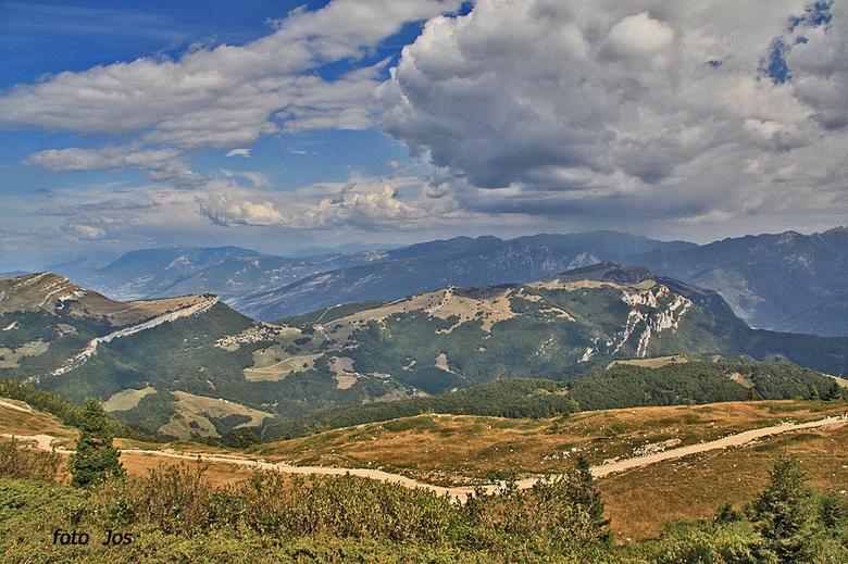 Italie 4 - Op een hoogte van 1900 meter op de Monte Baldo heb je -bij redelijk helder weer- dit uitzicht. Ieder bedankt voor de reactie op mijn vorige