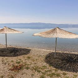 verlaten rieten parasols aan het meer van Ohrid