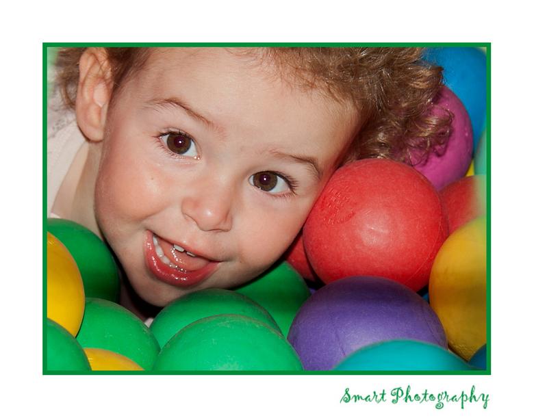In de ballenbak - Afgelopen week met mijn zoon en zijn gezin naar Breskens geweest. Spelen in de ballenbak was favoriet bij Lise.