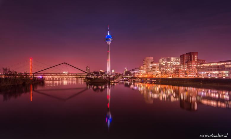 Dusseldorf in de avond - Mijn favoriete plekje in Dusseldorf.<br /> <br /> De moderne bruggen aan de linkerzijde, de hoge toren in het midden en de