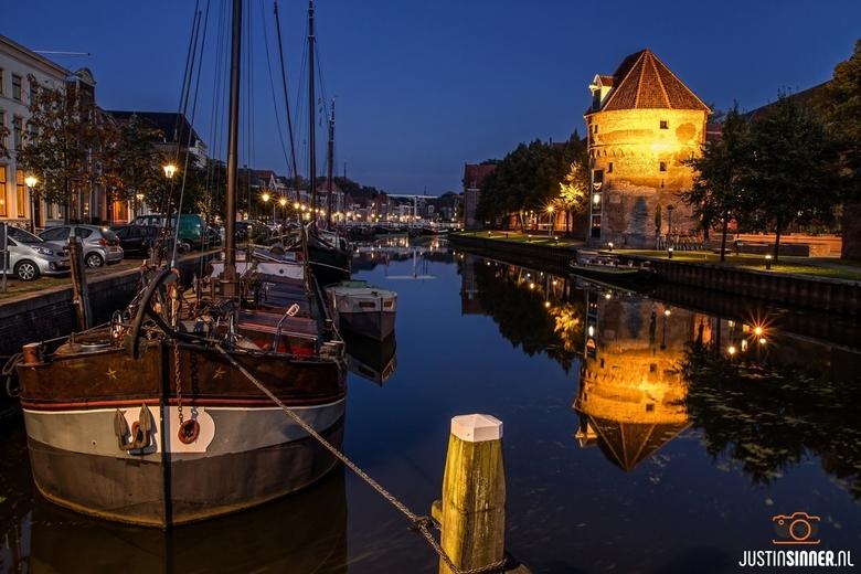 Zomaar een avond in Zwolle. - Gefotografeerd tijdens een avondwandeling door de stad Zwolle kwam ik dit mooie stekkie tegen. Gefotografeerd vanaf de V