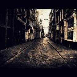 dood en straat/la mort est un vent froid et s'habille en femme