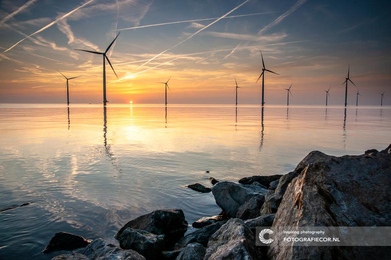 zonsondergang aan het IJsselmeer - Het zijn soms surrealistische landschappen die we in ons gecultiveerde Nederland hebben gecreëerd. Het levert in ie