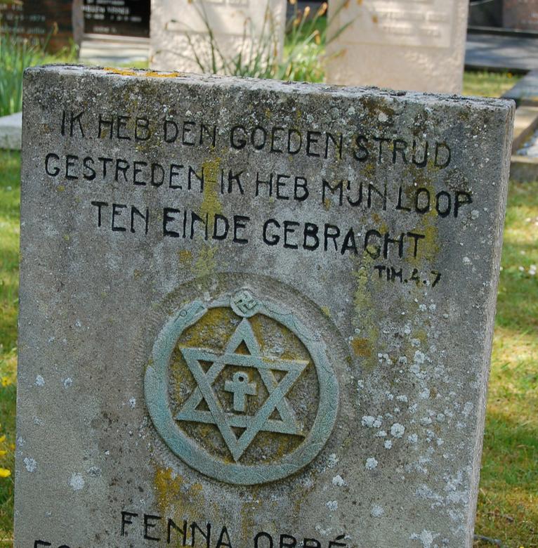 Opvallende grafsteen - Deze grafsteen stond op Schiermonnikoog.<br /> Wat opvalt is de tekst en de symbolen van jodendom, christendom en hindoeisme.