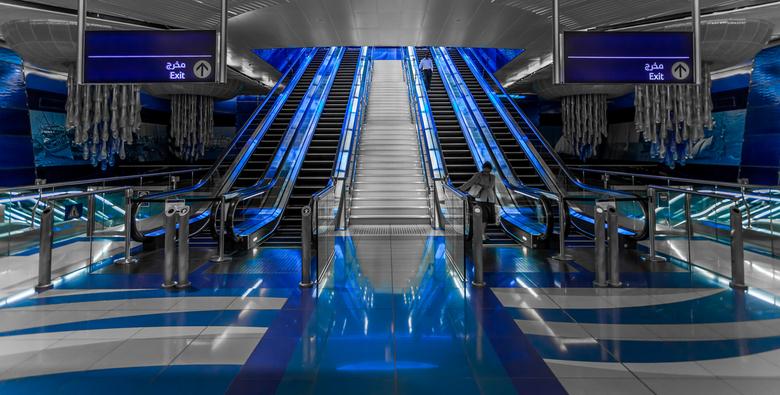 Metrostation Burjuman, Dubai - Een van de mooie en schone metrostations die Dubai rijk is, alleen de kleur blauw zit in de foto, verder niks.