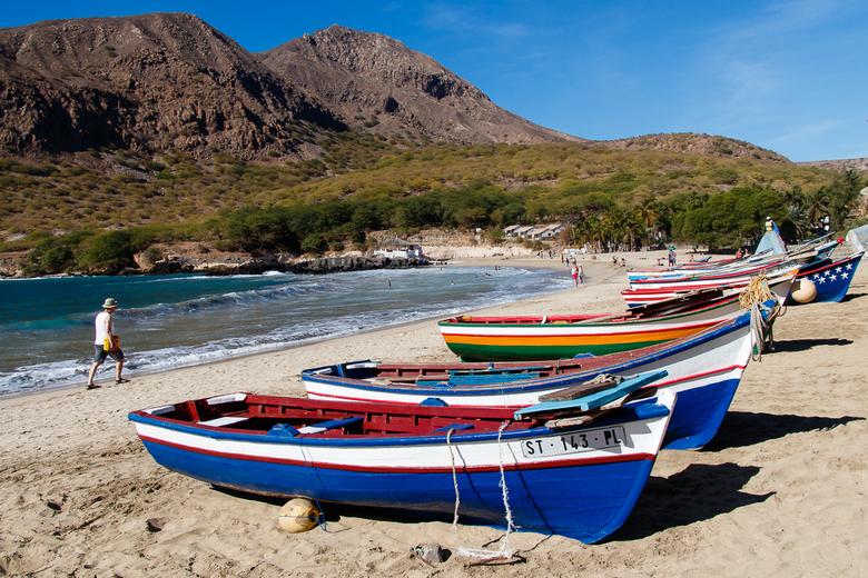 Kleurrijk strand Tarrafal - Een beetje kleur op deze grijze dag. Het prachtige strand van Tarrafal (Kaapverdië) met zijn kleurrijke vissersbootjes en