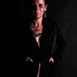 Portret van een geslaagde zakenvrouw - bijna naakt