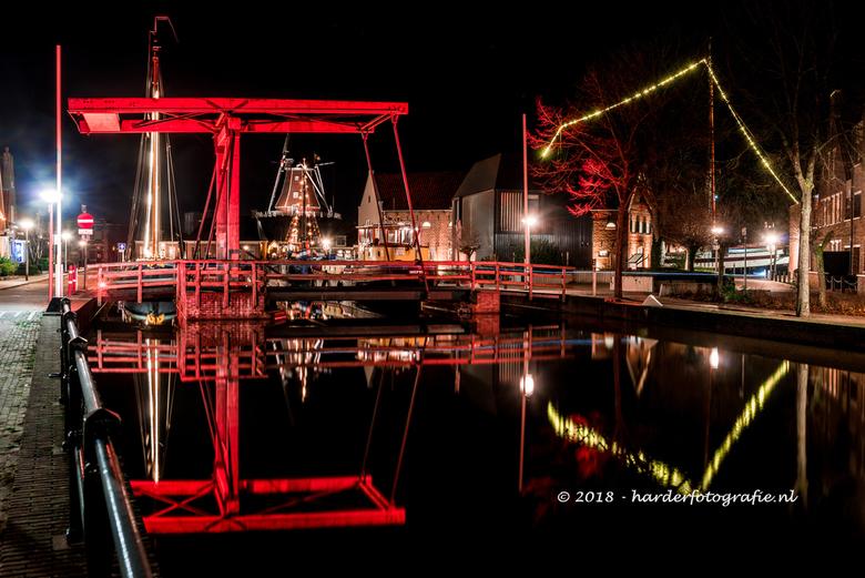 Meppel - Boazbrug in spiegeling - Eén van de bruggen die Meppel rijk is, mooi verlicht in spiegelend in het het water. Dit is genieten.