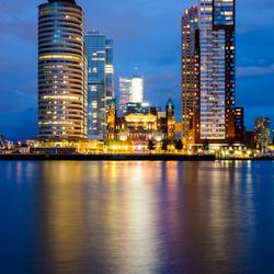 Blue hour op de Wilhelminapier in Rotterdam