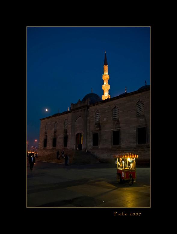 Moonlight shadows - Deze foto is genomen in Istanboel op een plein nabij de Galatabrug.<br /> Ik heb de foto genomen een tijdje na zonsondergang. Ook