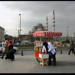 Kraampje met moskeeën op de achtergrond