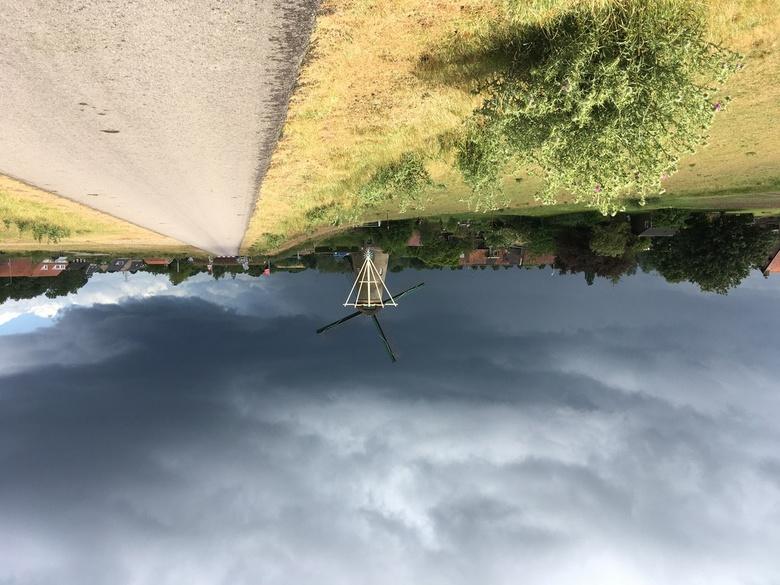 Met de Iphone - Wandelend op de dijk met hond was het licht heel mooi. Dan is je iphone je enige camera en moet je deze nemen.