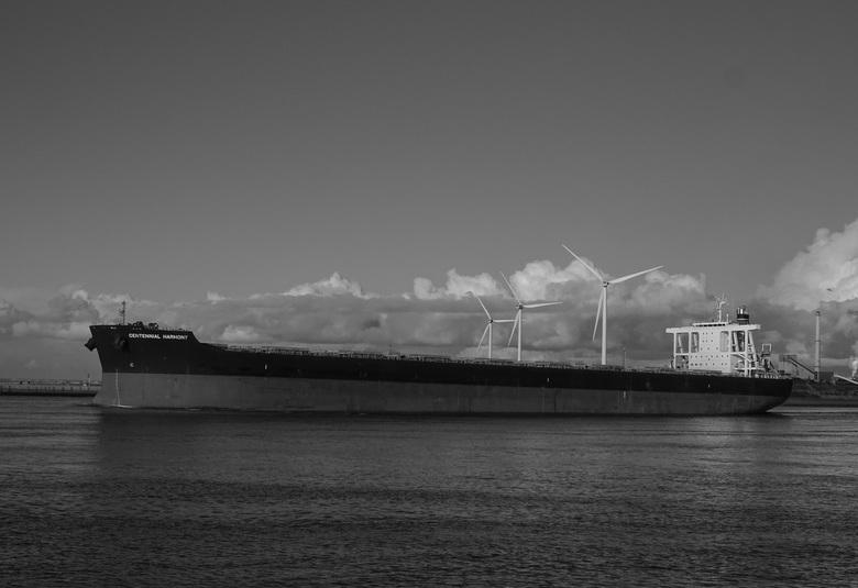 Centennial Harmony  - Centenniel Harmony onderweg naar een nieuwe bestemming.. Verlaat hier de haven van IJmuiden vaart zo de Noordzee op..