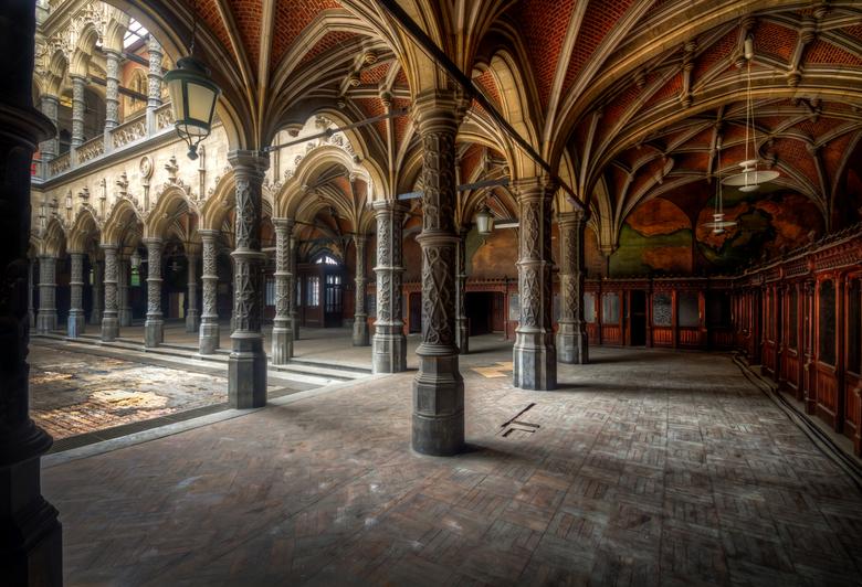 Chambre du Commerce - Prachtig verlaten gebouw dat origineel in de 16e eeuw is gebouwd en middenin een drukke stad in België staat.