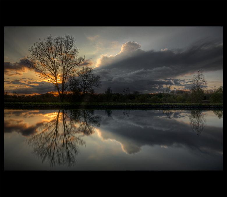 Mixed Emotions - Toen ik langs het kanaal reed tijdens een sunset-shoot, kwam ik deze bombastische wolken tegen, die sterk afsteken tegen de ondergaan