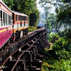 De houtenpalen van de Birmaspoorlijn bij de Kwai rivier nabij Kannachaburi