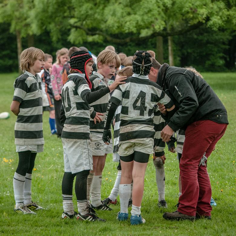 De geblesseerde - Spelertjes van de Middelburgse rugbyclub Oemoemenoe komen bij hun geblesseerde kijken of alles wel goed gaat en proberen hem steun t