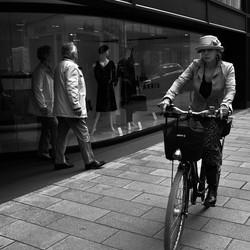 die Bürgersteig Radfahrerin