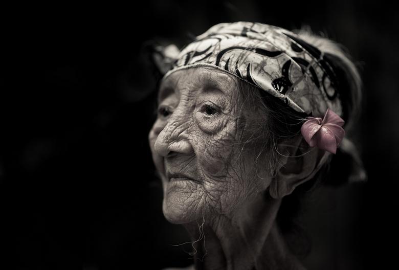 106 jaar oud - Foto genomen in Bali. Ik ontmoette haar via 1 van de hotel staff waar wij verbleven. Ze was zeer fragiel en woog niet meer dan 40 kilo.