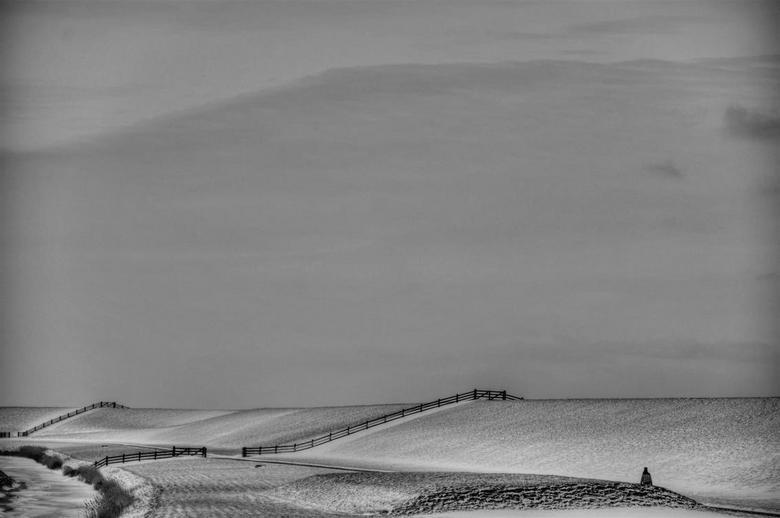 De leegte en de kou.... - Dijk bij Holwerd en een wandelaar.....