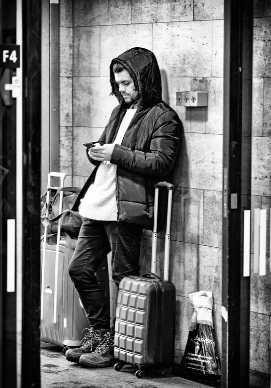 Wachtende reiziger zw