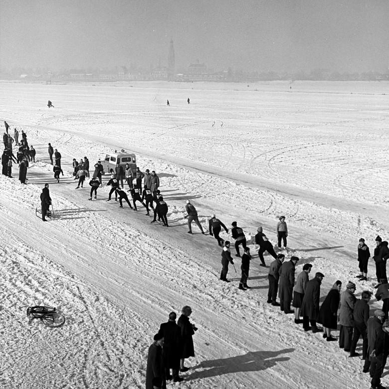 schaatsmarathon - maart 1963 Enk schaatsmarathon 190 km.<br /> Fotograaf; Harry Bedijs.<br /> <br /> Copyright; Stichting Foto Bedijs.