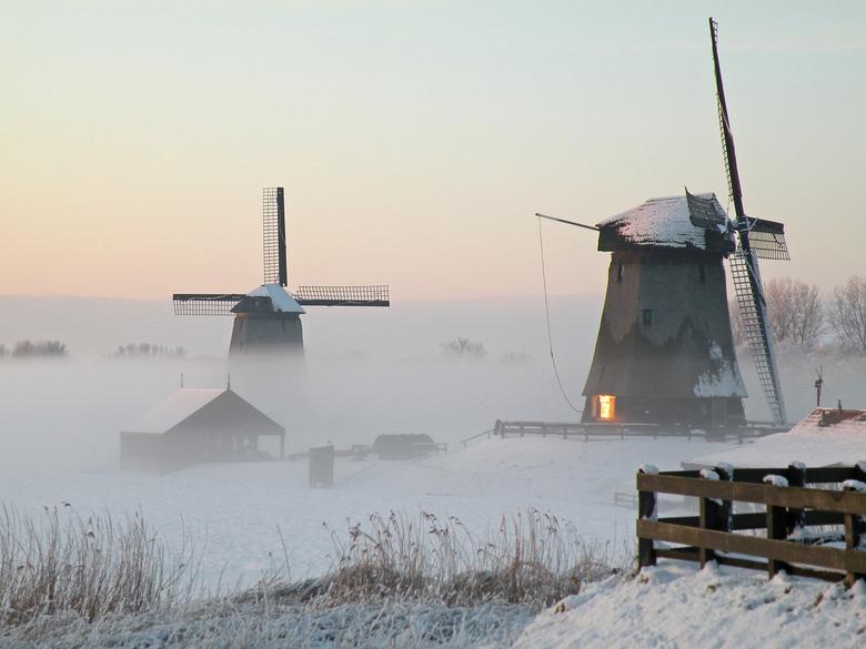 http://static.zoom.nl/2E3363CA7F9DF18B4A6FA8E358B5A161-molen-in-de-mist-bij-sneeuw--zonlicht-in-raam.jpg
