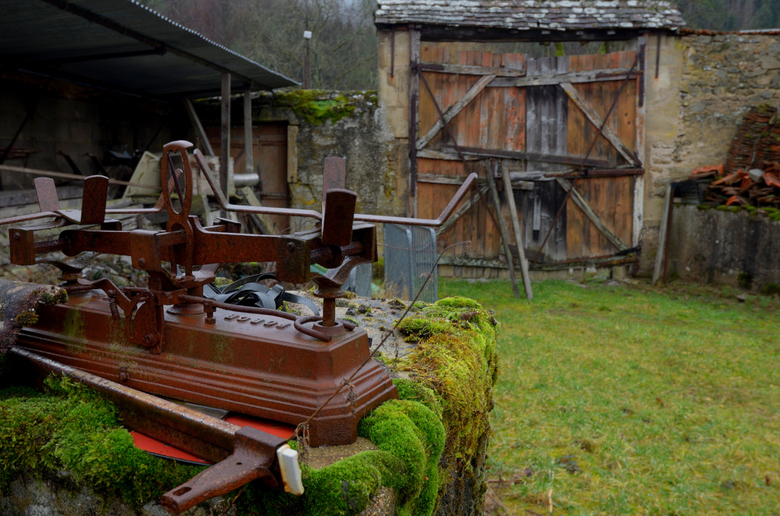 Het erf van de werkplaats van George - In een dorp in de Morvan woont George; een gepensioneerde aannemer. Een werkplaats klinkt in het Frans heel chi