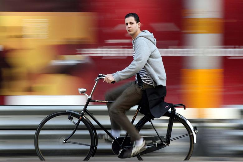 fietser - helaas staan de wielen er niet geheel op, maar ik vind zijn blik erg mooi.