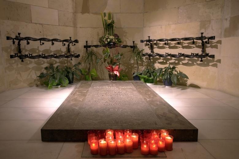 Barcelona 101 - Graf van Gaudi in een zijbeuk van de crypte onder de Sagrada Familia van Barcelona.