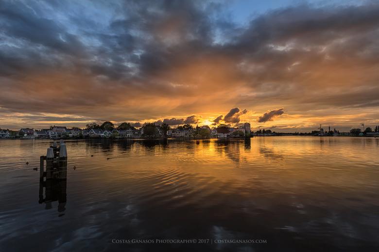 Sunset in the Zaanse Schans - Een andere perspectief van de Zaanse Schans met zonsondergang na een storm, dan alleen maar de bekende molens. Was echt