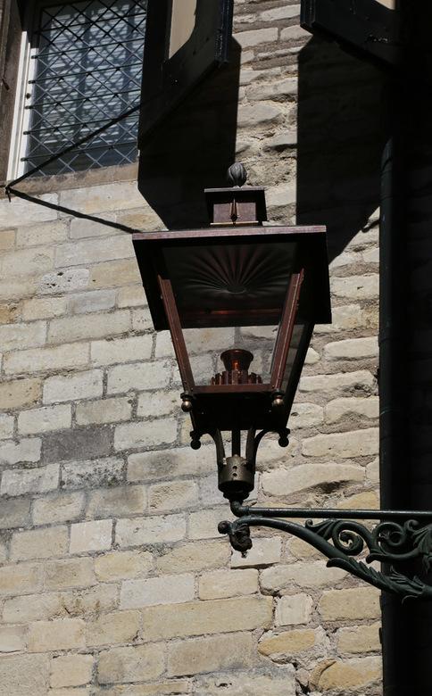 lantaarn - De oude lantaarns zijn allemaal vervangen door nieuwe exemplaren, gemaakt door een koperslager en voorzien van led verlichting<br /> Iets