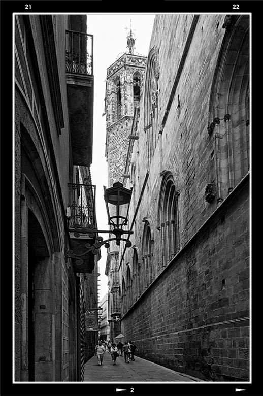 Barcelona 2012-06 - Ik kan uren door de gezellige oude straatjes van Barcelona struinen en dan verveel ik me geen minuut. Bij iedere kruising vraag ik